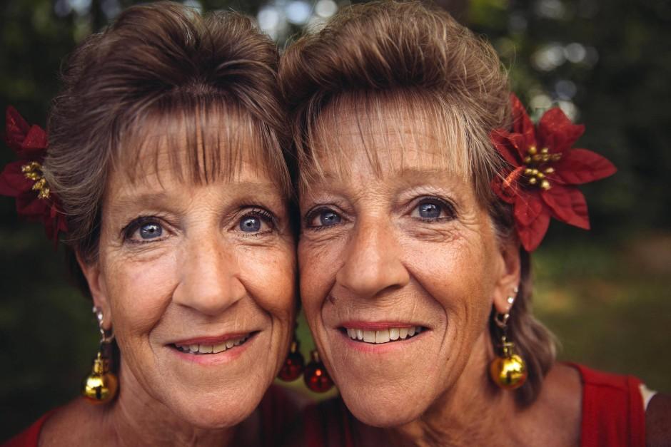 Die Eine bleibt sogar im Alter das Spiegelbild der Anderen.