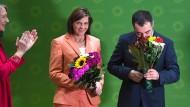 Blumen für die Spitzenkandidaten: Dass die beiden gefeiert werden, mag auch daran liegen, dass nicht der sofortige Gang in die Opposition ansteht.