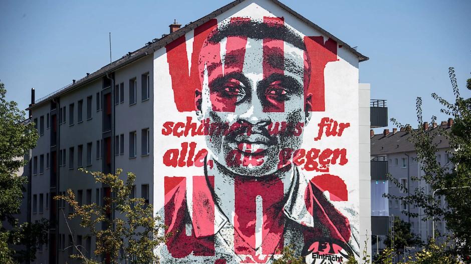 Wie hier in Frankfurt gibt es überall im Land Aktionen von Klubs und Fans gegen Rassismus.