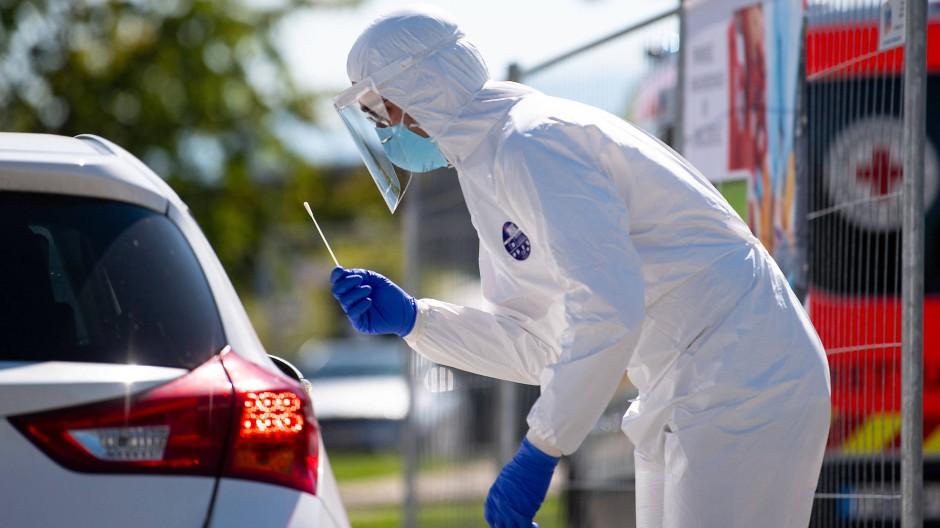 Mitarbeiter vom Bayerischen Roten Kreuz in einem Corona-Testzentrum an der Autobahn 8