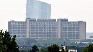 Die Europäische Zentralbank (EZB) überragt die Zentrale der Bundesbank in Frankfurt am Main.