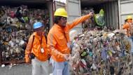 Philippinische Zollbeamte untersuchen kanadischen Müll.