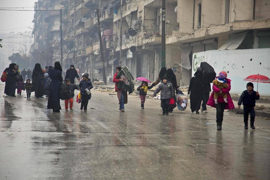 Zivilisten verlassen am Dienstag einen Stadtteil von Aleppo, der bislang von den Rebellen gehalten wurde