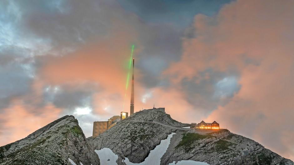 Terawatt-Laserpulse trainieren auf dem  Säntis in der Ostschweiz an harmlosem Gewölk.  Denn noch fehlt  ein zünftiges Gewitter.