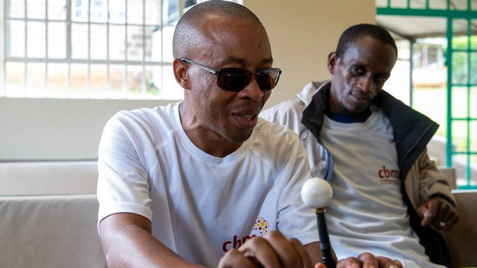 Eine Legende in Kenia: Der blinde Marathonläufer Henry Wanyoike (links) fand den Mut für ein anderes Leben.