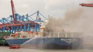 Brand in Hamburg: Über 100 Einsatzkräfte sind vor Ort, außerdem zwei Löschboote.