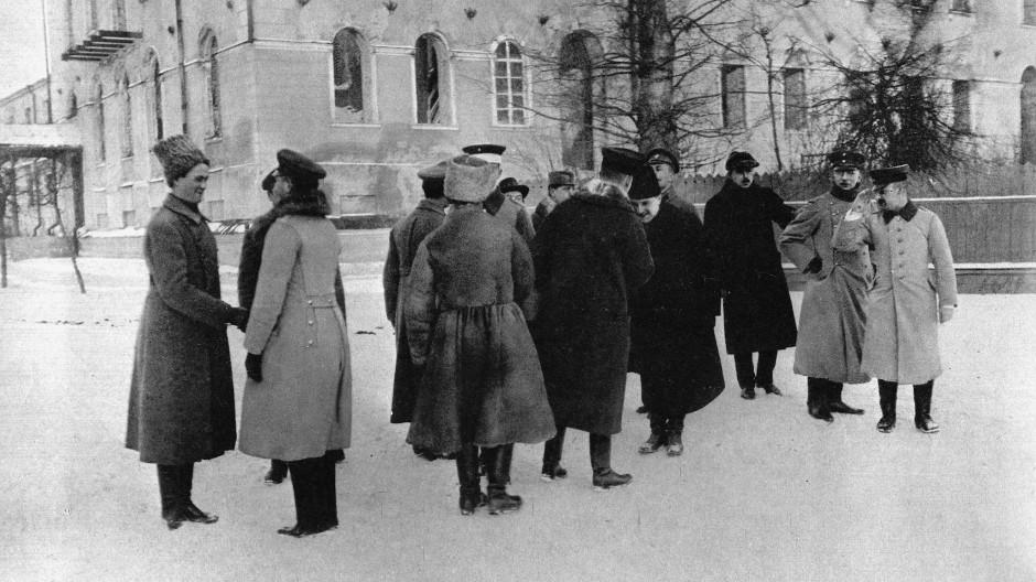 Während der Friedensverhandlungen in Brest-Litowsk im Februar 1918: Ukrainische Abgeordnete sind im Gespräch mit deutschen Offizieren.