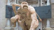 Unhold ohne Namen: Emmanuel Frémiets frauenraubender Gorilla als Entree zur Dresdner Ausstellung.