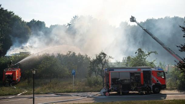 Feuer in Sporthalle neben Flüchtlingsunterkunft