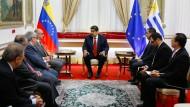 """Staatschef Nicolás Maduro während eines Treffens der Internationalen Kontaktgruppe für Venezuela. Er sagte in einer Fernsehansprache, dass sein Kommunikationsminister auf einer """"sehr wichtigen Mission im Ausland"""" sei."""
