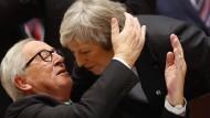 Inniges Verhältnis trotz Brexit: Jean-Claude Juncker begrüßt Theresa May zum EU-Gipfel in Brüssel.