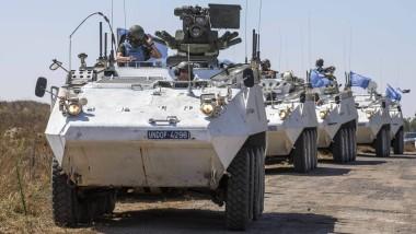 Militärfahrzeuge der UN-Beobachtermission mit irischen Soldaten warten in den Golanhöhen an der Grenze nach Syrien.