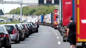 Wartende Autos im Stau fahren durch Rettungsgasse zurück