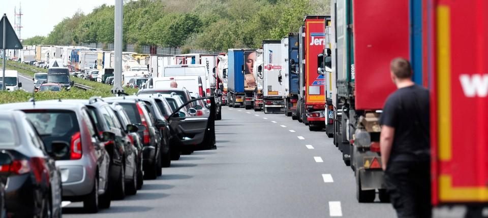 Unfall Auf Der A1 Autos Fahren Durch Rettungsgasse Zuruck
