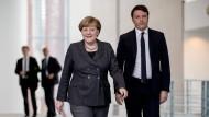 """""""Die Last der Verantwortung"""": Bundeskanzlerin Merkel mit dem italienischen Ministerpräsidenten Renzi in Berlin"""