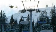 Skifahrer mit Hubschrauber aus Sessellift befreit