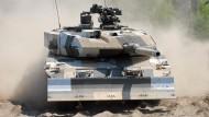 Der Kampfpanzer vom Typ Leopard 2 mit Wüstencamouflage