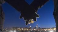 10.000 Dresdner bilden symbolischen Schutzring