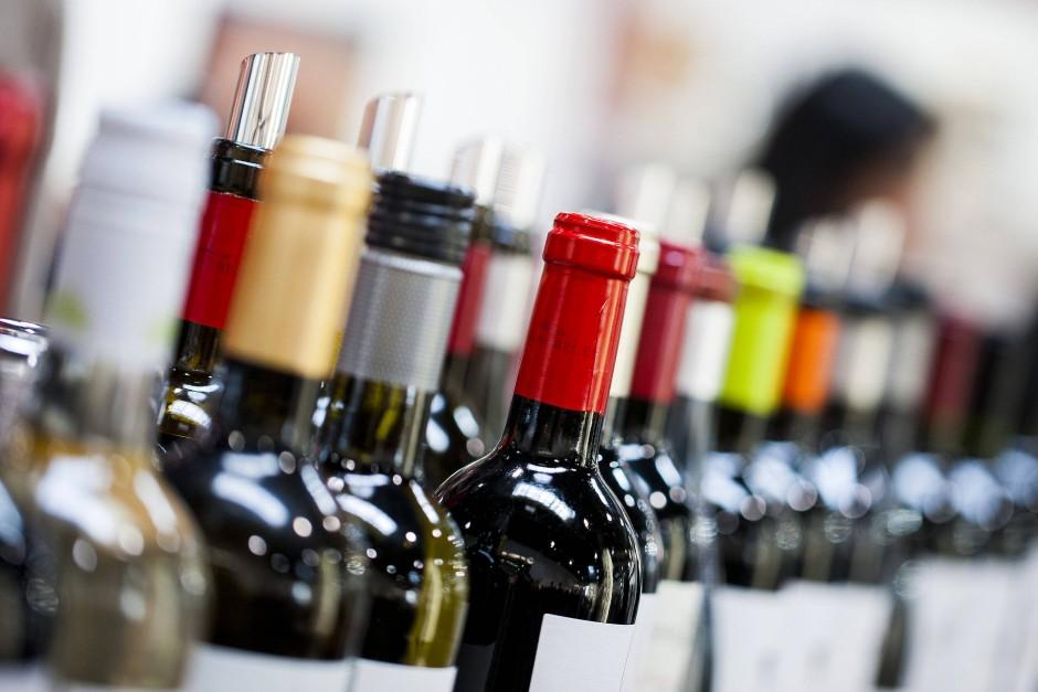 Weinflaschen auf einer Messe