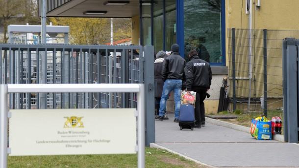 Mehr als 100 Migranten verhindern Abschiebung