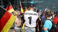 Wo drückt der Schuh? Die AfD findet mit ihren einfachen Parolen viele Anhänger – wie hier bei einer Demonstration im Mai am Hauptbahnhof in Berlin