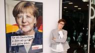 Die Dame links ist noch Bundeskanzlerin, die Dame rechts will es werden – aber wann und wie? Annegret Kramp-Karrenbauer im vergangenen Juni im Konrad-Adenauer-Haus in Berlin