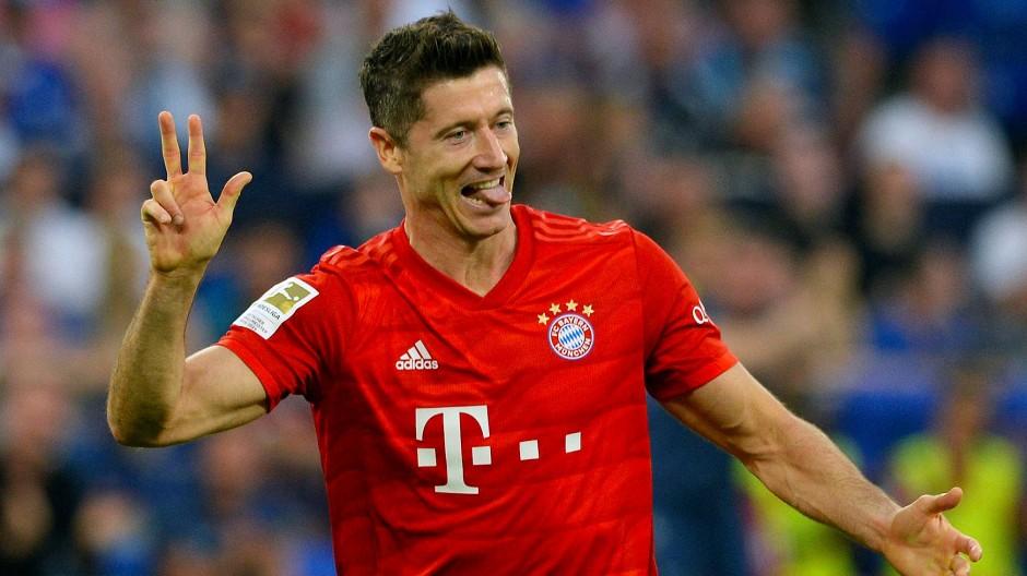 Viel Spaß im Bayern-Dress: Im Bundesliga-Spiel gegen den FC Schalke traf Robert Lewandowski dreimal für die Münchner.