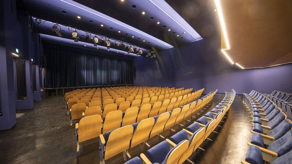 Bald hebt sich der Vorhang: Blick über die Sitzreihen im Zuschauerraum der Volksbühne