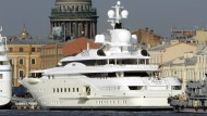 Die Luxus-Yacht eines russischen Milliardärs auf der Newa in St. Petersburg