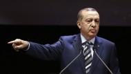 Der türkische Präsident Recep Tayyip Erdogan beschuldigt die Vereinigten Staaten Terror-Gruppen zu unterstützen.