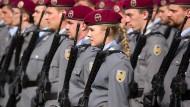 Bundeswehrsoldaten und eine Soldatin der Ehrenformation im März in Wiesbaden