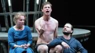 Die Not ist groß, das Heil ist fern: Hinkemann (Jonas Anders, Mitte) mit seiner Frau Grete (Katharina Schmidt) und deren Liebhaber Paul (Daniel Christensen)