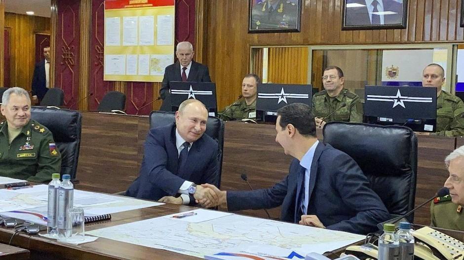 Dieses vom syrischen Präsidialamt veröffentlichte Bild zeigt den russischen Präsidenten Wladimir Putin (2. von links) bei einem Treffen mit dem syrischen Präsidenten Baschar al Assad (Mitte) am Dienstag in Damaskus.