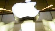 Das Apple-Logo an der Fassade des Apple-Store in München