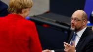 Auf ein Wort im Bundestag: die geschäftsführende Bundeskanzlerin Angela Merkel und SPD-Parteichef Martin Schulz