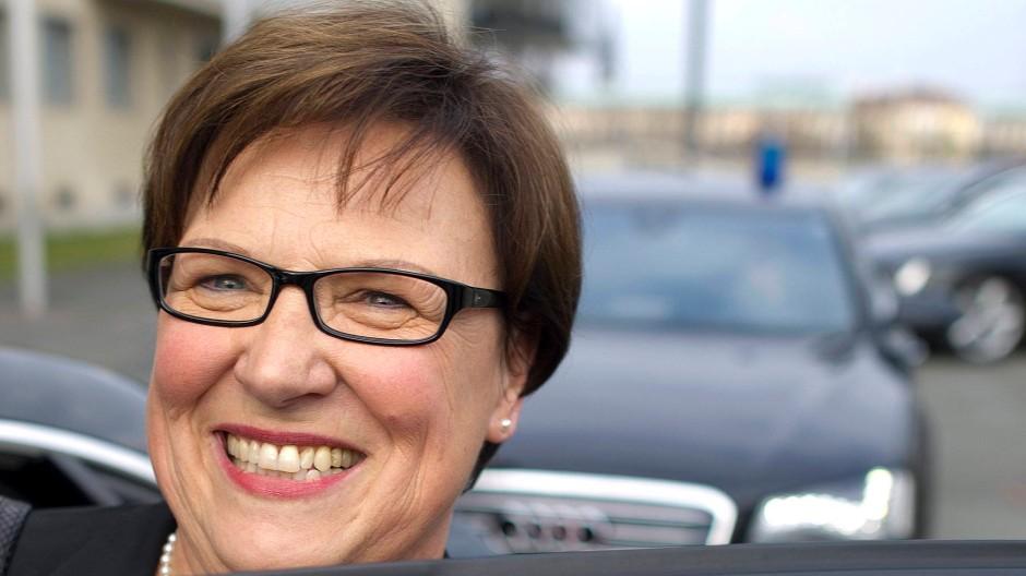 Brunhild Kurth steigt nach einer Sondersitzung der CDU-Landtagsfraktion in Dresden in das Dienstfahrzeug von Ministerpräsident Tillich