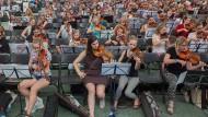 """Gemeinschaftserlebnis: Wo sonst der Ball rollt, erklang am frühen Samstagabend Musik von Beethoven, Dvořák und aus dem Musical """"Starlight Express""""."""