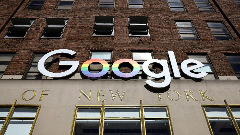 Das Google-Logo an einem Bürogebäude in New York