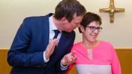 Der neue saarländische Ministerpräsident Tobias Hans mit der bisherigen Ministerpräsidentin Annegret Kramp-Karrenbauer, die seit diesem Montag CDU-Generalsekretärin ist.