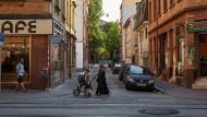 Neckarstadt West: Links der letzte Erinnerungsort an die alte Welt des proletarischen Viertel, das Café Wissenbach