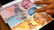 Ein Mitarbeiter einer Wechselstube in Istanbul zählt türkische Lira.