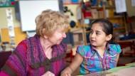 Erst ich ein Stück, dann du: Lesepaten wollen bei Kindern das Sprachverständnis und die Begeisterung für das Gedruckte fördern.