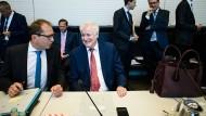 Alexander Dobrindt (links) im Gespräch mit Innenminister Horst Seehofer. Markus Söder lobt die Zusammenarbeit mit Seehofer in Sachen Asylpan.