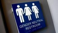 Einen Mann, dem rechts das Hemd aus der Hose hängt: das bisher gängige Symbol für eine geschlechtsneutrale Toilette.