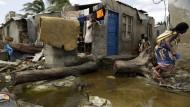 Überall Pfützen, entwurzelte Bäume und zerstörte Häuser: Die Hafenstadt Beira in Moçambique wurde größtenteils verwüstet. Den Menschen droht jetzt neben Seuchen auch der Hunger.