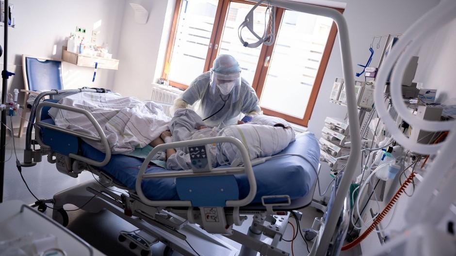 Ein Intensivpfleger arbeitet auf der Intensivstation des Krankenhauses Bethel Berlin an einer an Covid-19 erkrankten Patientin. (Archivbild)