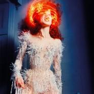 """Outfit von Mugler; das Foto ist Teil der Ausstellung """"Couturissime""""."""