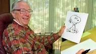 """Der Cartoonist Charles M. Schulz zeigt eine """"Snoopy""""-Zeichnung in seinem Büro in Santa Rosa, Kalifornien."""
