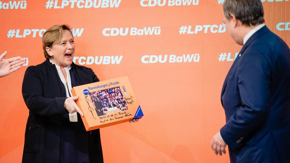 """""""Politik ist ein Puzzle"""": Spitzenkandidatin Eisenmann überreicht Laschet ein Geschenk."""