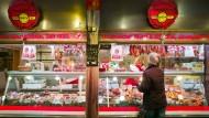 Es geht um die Wurst: Thekenverkauf der Metzgerei Dey in der Frankfurter Kleinmarkthalle.